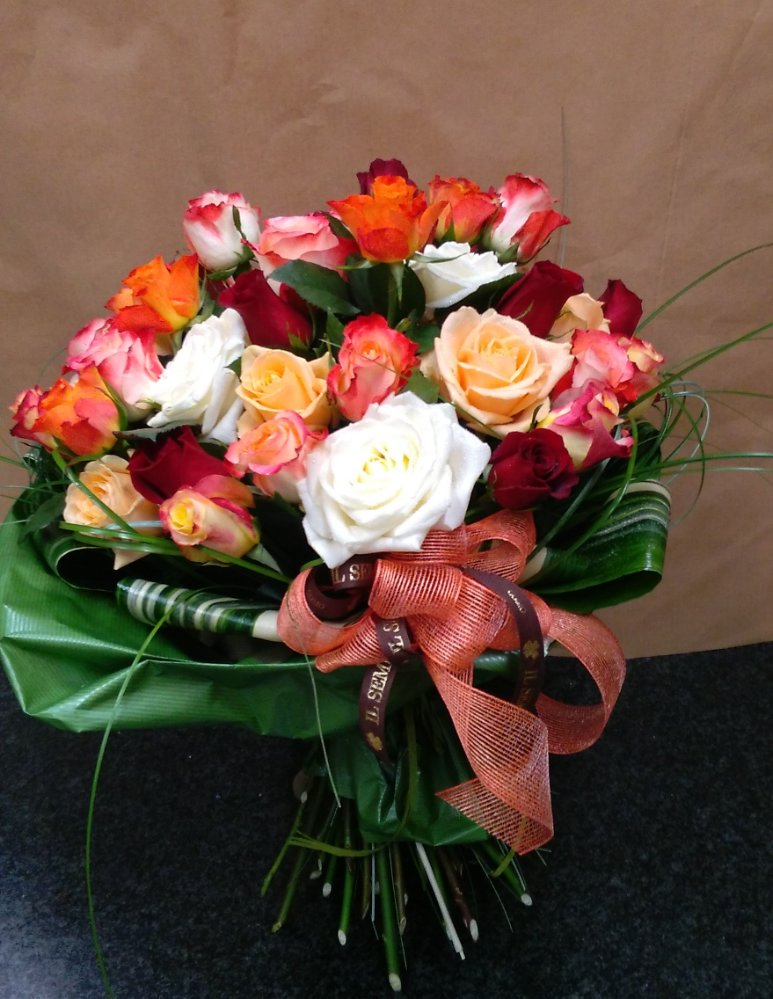 Bouquet with short stem roses in different colors il for Different color roses bouquet
